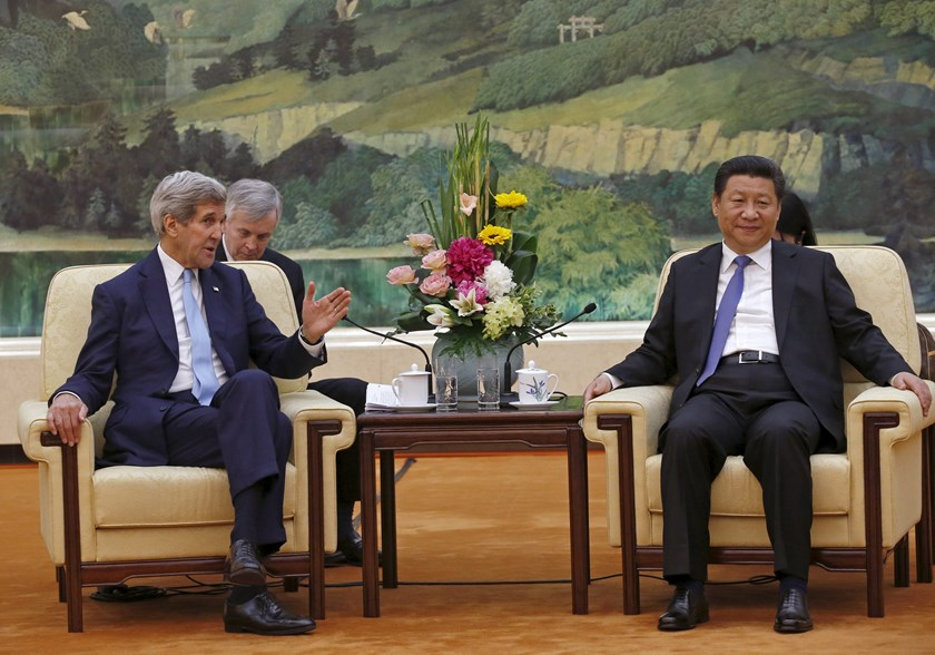 U.S. Secretary of State John Kerry (L) talks with Chinese President Xi Jinping at the Great Hall of the People in Beijing, China, May 17, 2015. Photo: Reuters