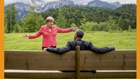 German Chancellor Angela Merkel speaks with U.S. President Barack Obama outside the Elmau castle in Kruen near Garmisch-Partenkirchen, Germany, June 8, 2015. Photo: Reuters