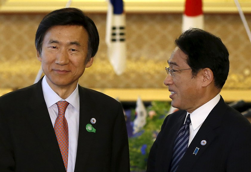 South Korea's Foreign Minister Yun Byung-se (L) talks with Japan's Foreign Minister Fumio Kishida before their meeting at the foreign ministry's Iikura guest house in Tokyo June 21, 2015. Photo: Reuters