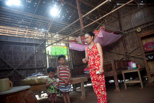 A Khmer ethnic woman, along with her children, in the Mekong Delta province of Tra Vinh. Photo courtesy UNDP