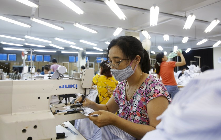 Laborers work at a garment factory in Sai Dong, outside Hanoi, Vietnam, July 1, 2015. Vietnam's economic growth could rise to 6.5 percent in 2015, beyond the 6.2 percent target, thanks to a solid manufacturing sector, the Finance Ministry said recently. Photo: Reuters