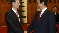 China's Vice Premier Zhang Gaoli (L) shakes hands with Vietnam's Prime Minister Nguyen Tan Dung before their meeting at the Government Office in Hanoi July 16, 2015. Photo: Reuters
