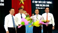 Mr Huynh Duc Tho (2nd, L) and Mr Nguyen Xuan Anh (2nd, R) receive flowers from the city leaders.