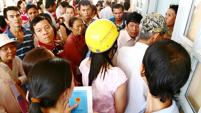 Hundreds of people wait and scramble to register their kid for a kindergarten in Thu Duc district, Ho Chi Minh City. Photo credit: Tuoi Tre