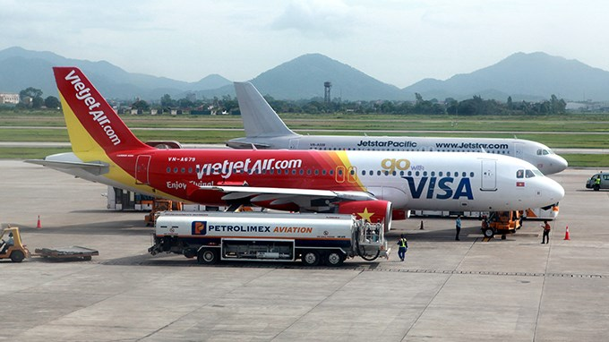 Two airplanes of the domestic airlines Jestar Pacific and VietJetAir, which have been criticized for frequent delays of their flights. Photo credit: Tuoi Tre
