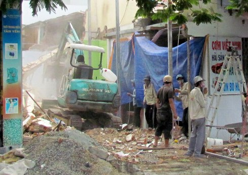 A bulldozer levels the house of Dang Dinh Lap in the beach town of Nha Trang on Tuesday afternoon. Photos: Tran Dang