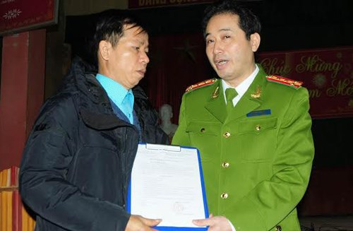 File photo shows an official of the Supreme Court declaring the innocence of Nguyen Thanh Chan (L) in January, 2014. Photo credit: VnExpress