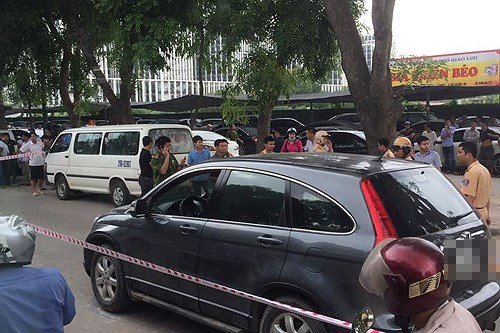 A scene of crime, in which a local man was stabbed to death on his car in Hanoi, was blockaded by police on Tuesday. Photo provided by the police