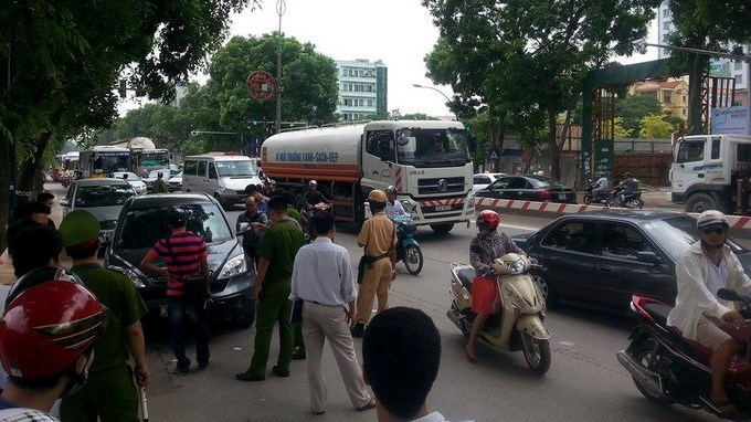 A scene of crime, in which a local man was stabbed to death on his car in Hanoi, was blockaded by police on Tuesday. Photo credit: Tuoi Tre