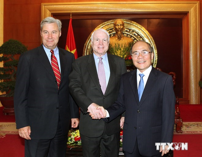 Vietnam National Assembly's Chairman Nguyen Sinh Hung and US Senators John McCain (C) and Sheldon Witehouse during their meeting in Hanoi on Friday. Photo credit: VNA