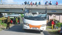 The upper half of a coach was crushed when its driver collided with an overpass in Bac Lieu Province. Photo: Tran Thanh Phong.