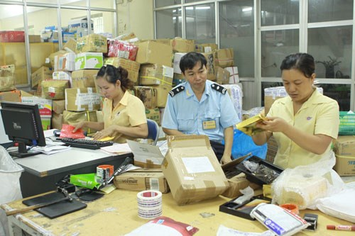 Vietnam customs officers checking packages at a border. Photo credit: Ictnews