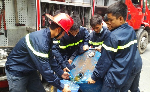 Firemen use special chemical to put out a fire in the State Bank of Vietnam on Saturday morning. Photo: Nguyen Tuan