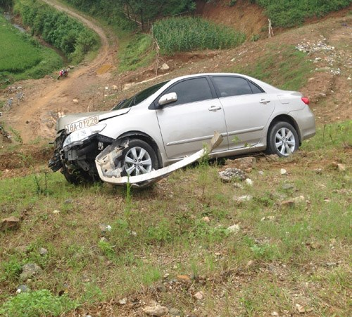 A five-seat car was damaged after crashing through a barricade on the Noi Bai -Lao Cai high-speed highway on Saturday afternoon. Photo: Thai Thanh