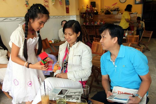 Duong presents a small gift, made from rubbish, to her customers at her coffee shop in district 5, Ho Chi Minh City. Photo: Nhu Lich.