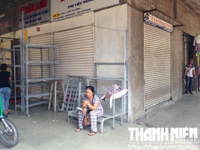 Many stalls in Tan Binh market, Ho Chi Minh City, were closed on Monday morning. Photo: Dinh Son
