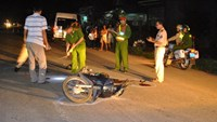 Local police inspect the scene of a traffic accident in the central province of Binh Dinh. Photo: Minh Uc
