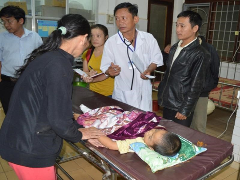 Tran Quach Dinh Tri, 3, receives treatment at a local hospital in Dak Lak Province after a car crashed into him and several others Monday evening. Two people died and 7 others were injured in the accident. Photo: Ngoc Anh
