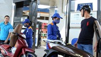 Vietnam gasoline prices were reduced by 4.2 percent on Friday.  File photo.