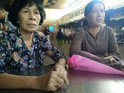 The mother and sister of Nguyen Hai Trieu at the local Trieu An Hospital, where police took Trieu's charred remains. Photo: Cong Nguyen