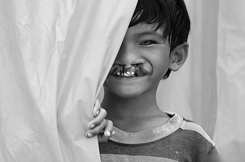 """Phia sau nu cuoi"" (Behind the smil), taken by Tran Trong Luom, wins the special prize at a photo contest organized by VnExpress."