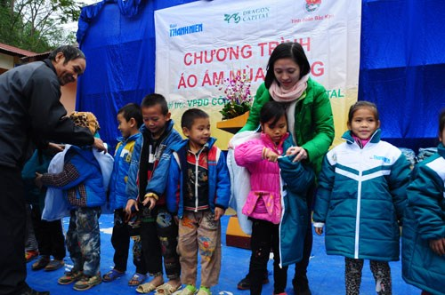 Thanh Nien representatives give sets of presents to students of Xuan La primary school in the northern highland province of Cao Bang, Viet Nam. Photo: Nguyen Trang