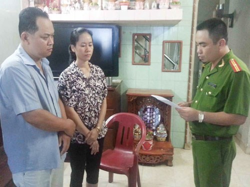A police officer read an arrest warrent to Vuong Chan Thanh and Dam Kim Khuyen during a raid in their house in Oct. 2013