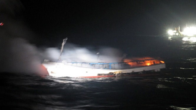 Munseong 103, a 29-ton fishing boat catches fire off South Korea's easternmost islets of Dokdo on Tuesday morning. Photo: Yonhap