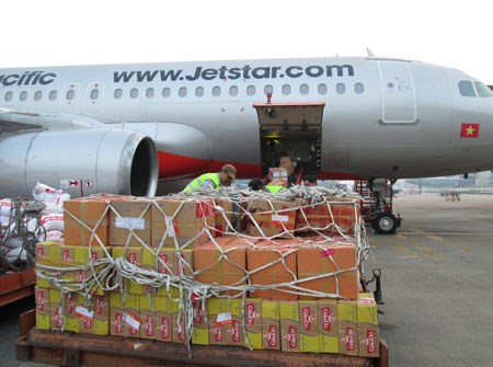 Airport officers loading luggages onto an airplane of Jetstar Pacific. The airline has just declined to transport two passengers who allegedly threaten to carry bombs onboard on a Tuesday flight. File photo.