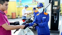 The popular 92-RON gasoline now retails at VND15,677 (US$0.74) per liter. Photo: Ngoc Thang