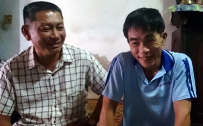 Nguyen Van Dao (R) and his friend Nguyen Tan Loc, who arrived at Dao's funeral and discovered that Dao was still alive. Photo credit: Dan Viet