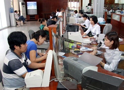 File photo shows customers doing business transactions at the Agribank in Ho Chi Minh City.