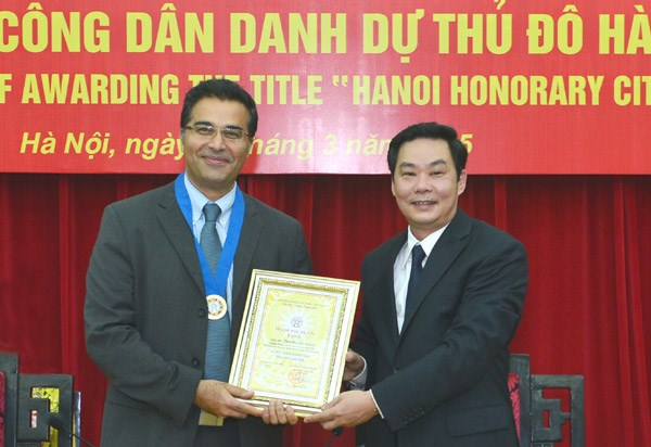 Hanoi Vice Chairman Le Hong Son confers the title of honorary citizen on American Professor Payam Nahid (L) on Wednesday. Photo credit: Ha Noi Moi