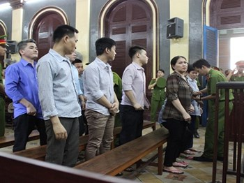 Members of a gang targeting foreigners stand trial in Ho Chi Minh City on Tuesday. Photo credit: Dan Tri