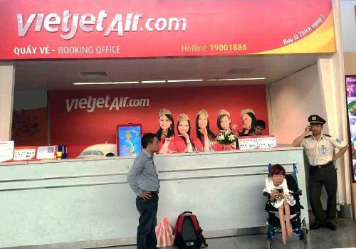 Nguyen Thi Van waits in front of a check-in counter of Vietjet Air in Da Nang. Photo courtesy of Nguyen Thao Van.