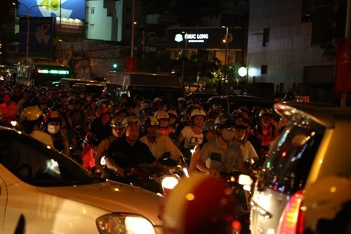 Heavy traffic jams block a street in Ho Chi Minh City Friday evening. Photo credit: Thanh Nien, Vnexpress