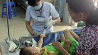 A preschool boy receiving treatment at a hospital in Can Tho on Tuesday morning. Photo credit: Vnexpress.