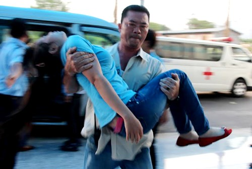A man carries a worker after a toxic gas leak on Monday afternoon. Photo credit: VnExpress