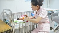 A boy has been saved by doctors in Nghe An after a premature delivery. Photo credit: Tuoi Tre