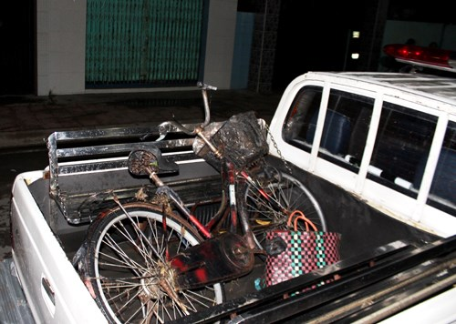 A bicycle and a basket which belong to a woman who drowned in a stream in Ho Chi Minh City Sunday night. Photo credit: VnExpress.