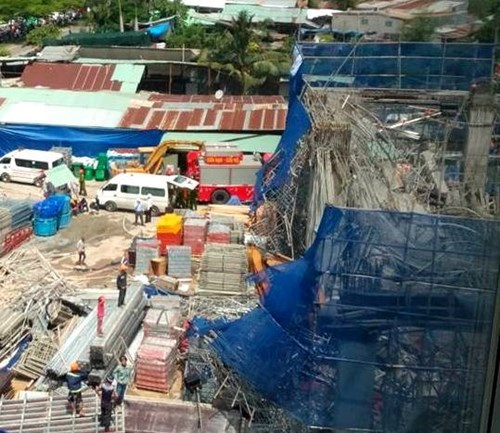 Scaffolding collapsed at a construction site in HCMC's Dist. 7 this morning. Photo: Duc Tien