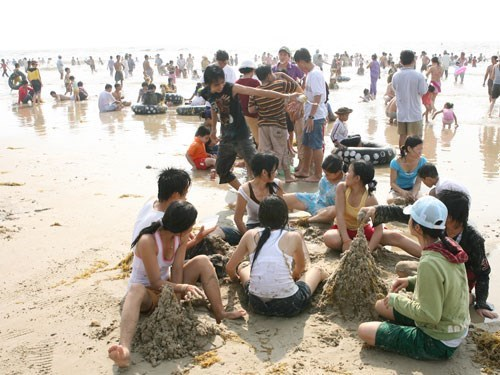 Visitors at a beach in Da Nang. Photo: An Dy