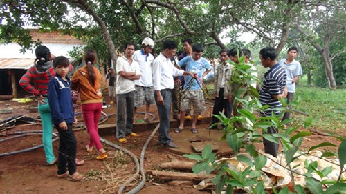 Locals gathering around the scene where two boys, aged 4 and 2, are found inside a well on Thursday. Their mother is allegedly the murder. Photo credit: Vietnamnet.