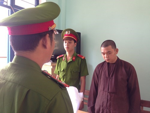 Da Nang police arrest monk Ho Sy Quynh in March for gambling in a local pagoda. Photo: Nguyen Tu