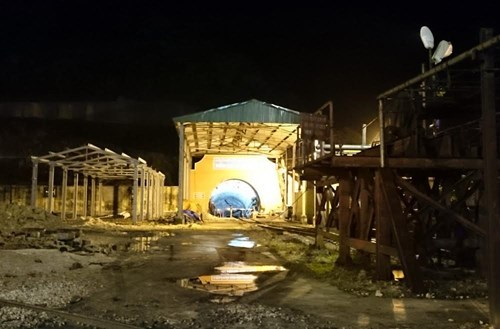 The exit of a Quang Ninh coal mining pit which is around 2 kilometers away from a collapse that buried two workers on Tuesday evening.