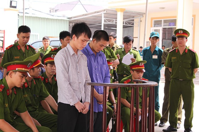 Ha Quoc Tai (L) and Nguyen Huu Dap stand trial in Ho Chi Minh City on Thursday. Photo credit: Tuoi Tre