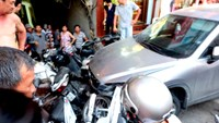 A car loses its control, colliding into a dozen motorbikes on a Hanoi road on Friday. Photo credit: VnExpress.