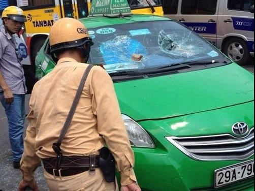 Police stops a taxi after a 5-kilometer chase around Hanoi on Tuesday. Photo: Nam Anh