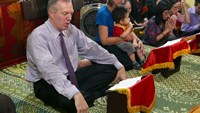 US Ambassador to Vietnam Ted Osius recites prayers at Quan Su Pagoda in Hanoi on Friday. Photo credit: VnExpress.