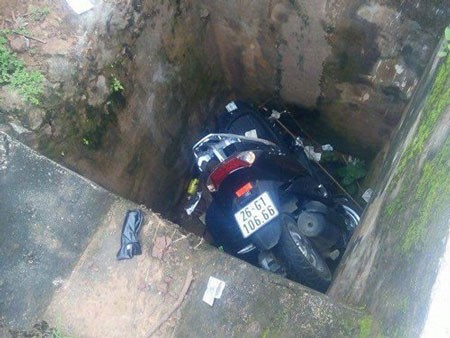 Photo taken at the scene where the body of a police officer is discovered with his motorbike on Wednesday. Photo credit: Tien Phong.